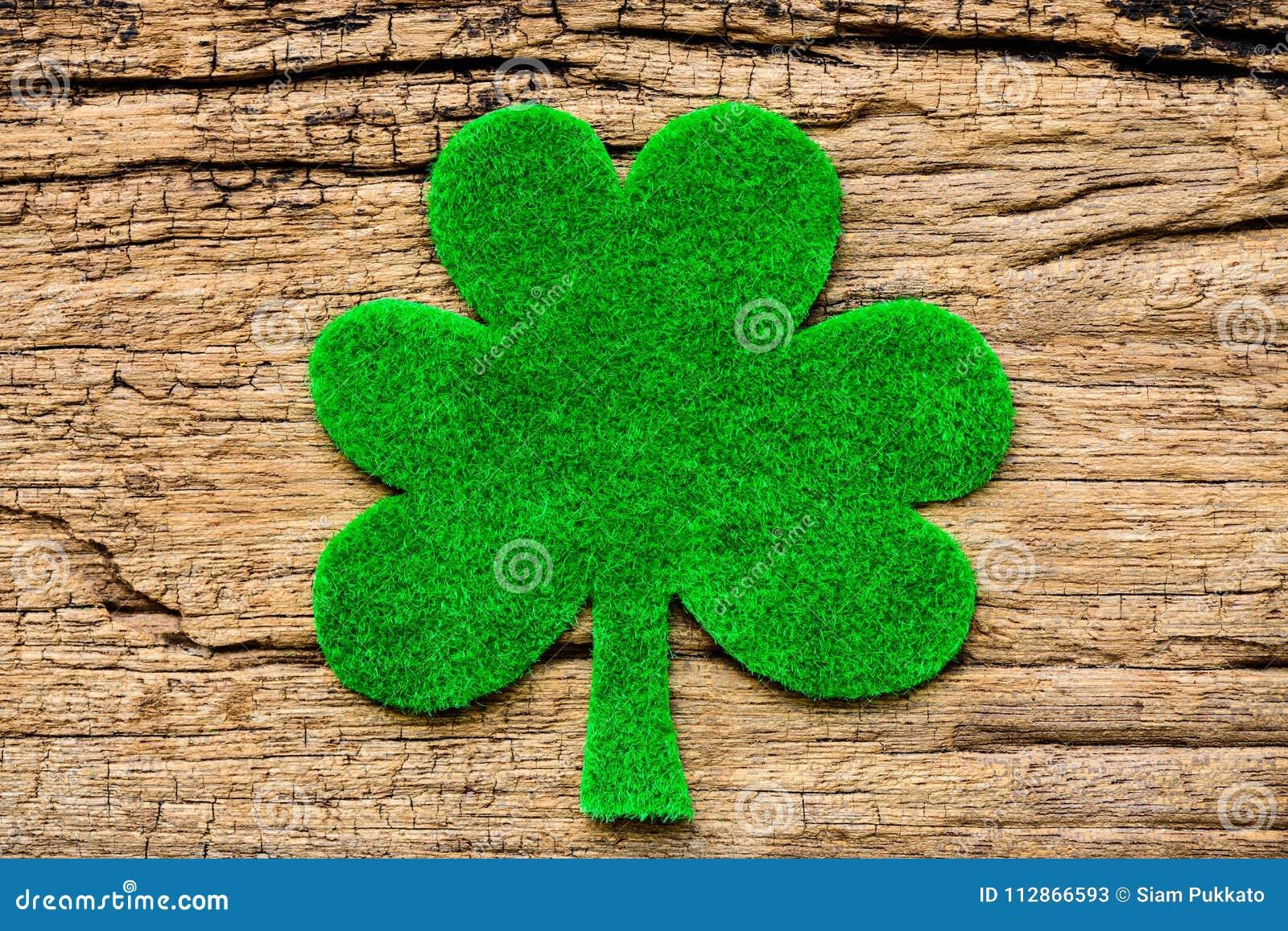 Feuille de trèfle de Livre vert sur le fond en bois blanc