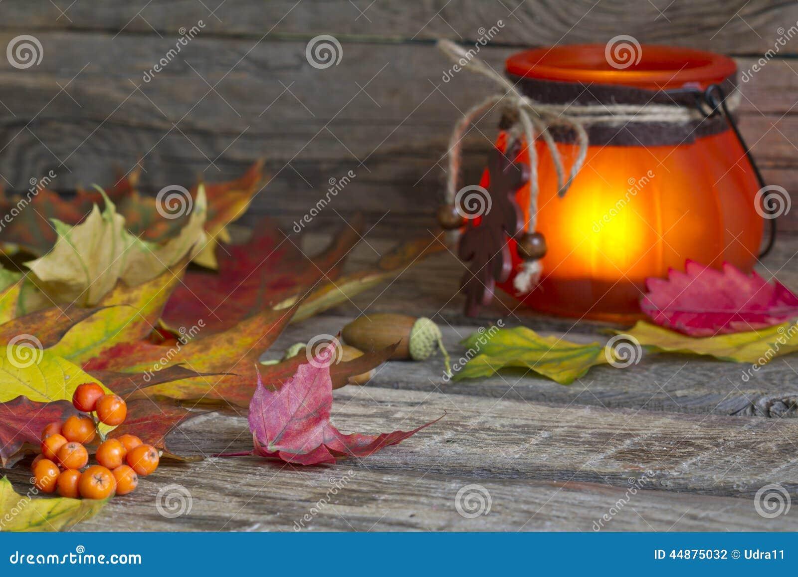 Feuilles d automne avec le fond d abrégé sur lanterne