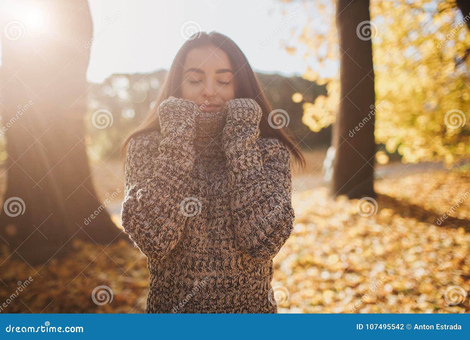 Feuilles d automne tombant sur la jeune femme heureuse en portrait de forêt de fille très belle en parc de chute
