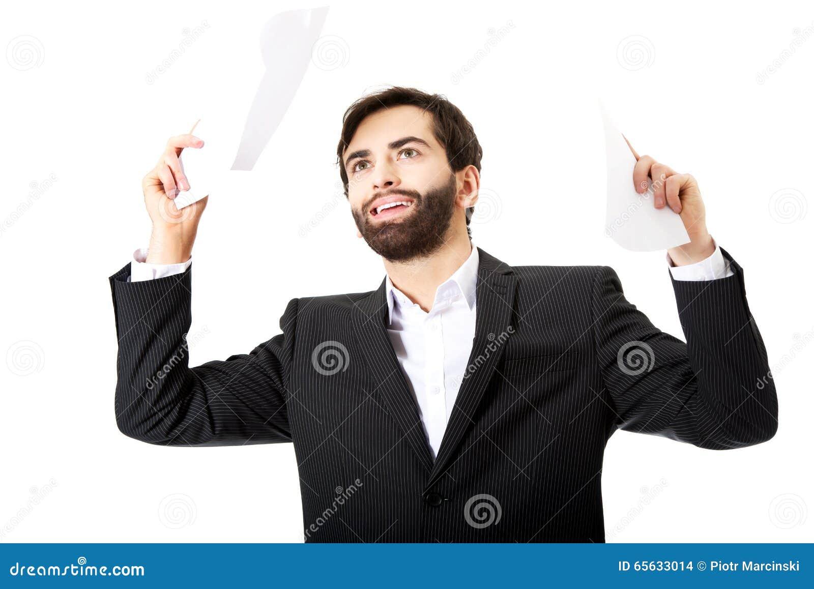 Feuilles de papier de lancement d homme d affaires heureux