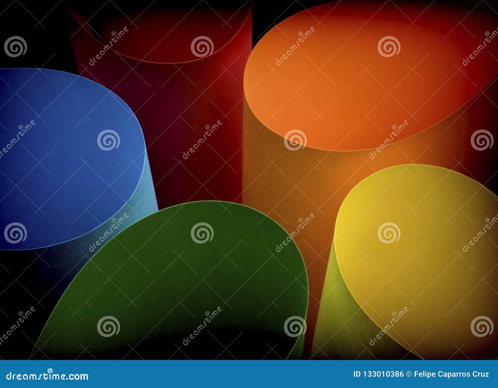 Feuilles de papier multicolores incurvées