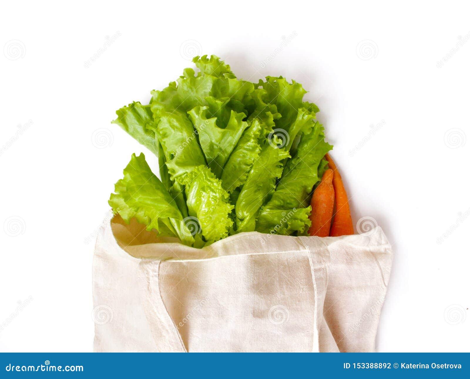 Feuilles et carottes fraîches de laitue dans un sac de toile pour l achat