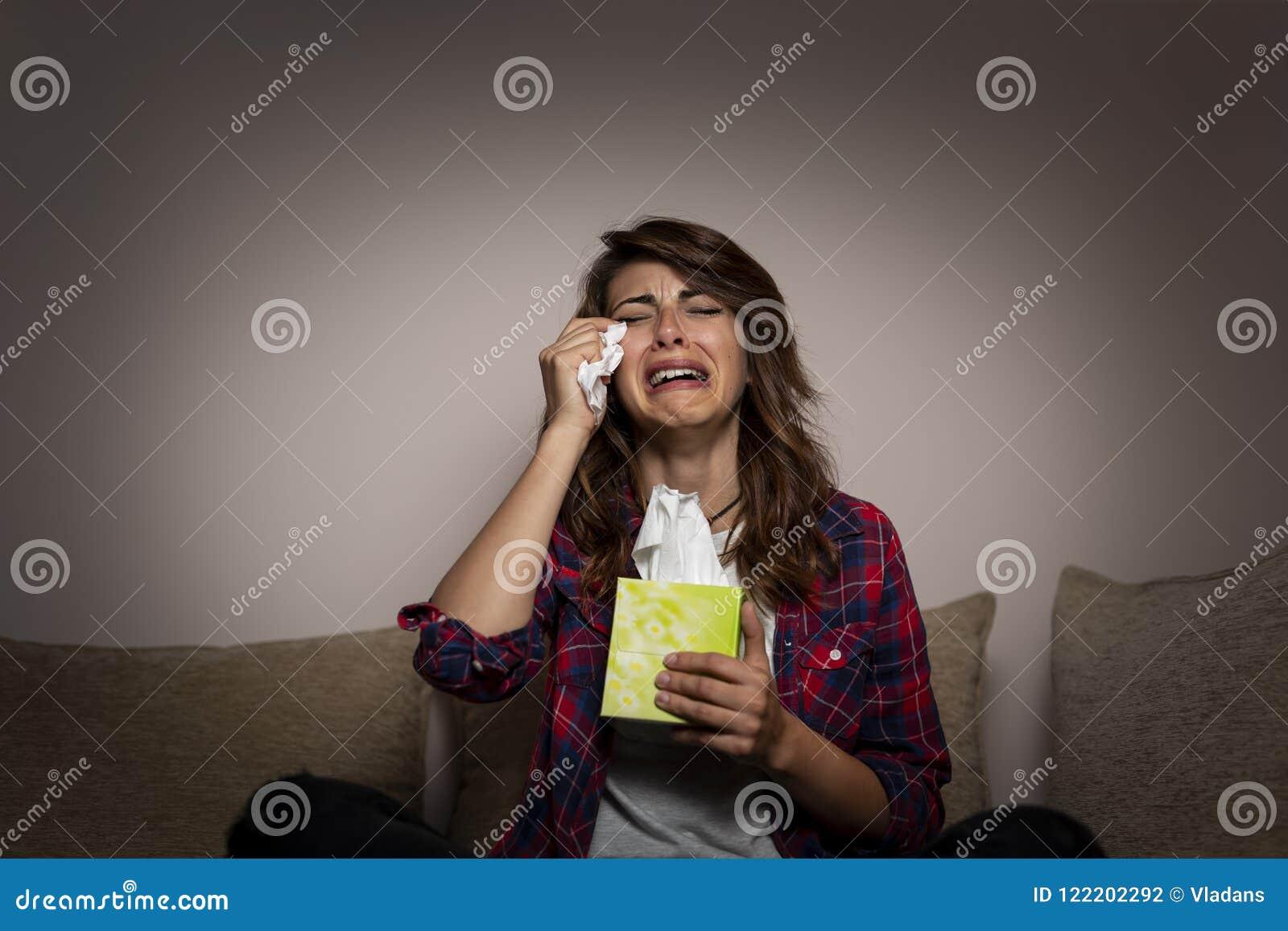Feuilleton et pleurer de observation de femme