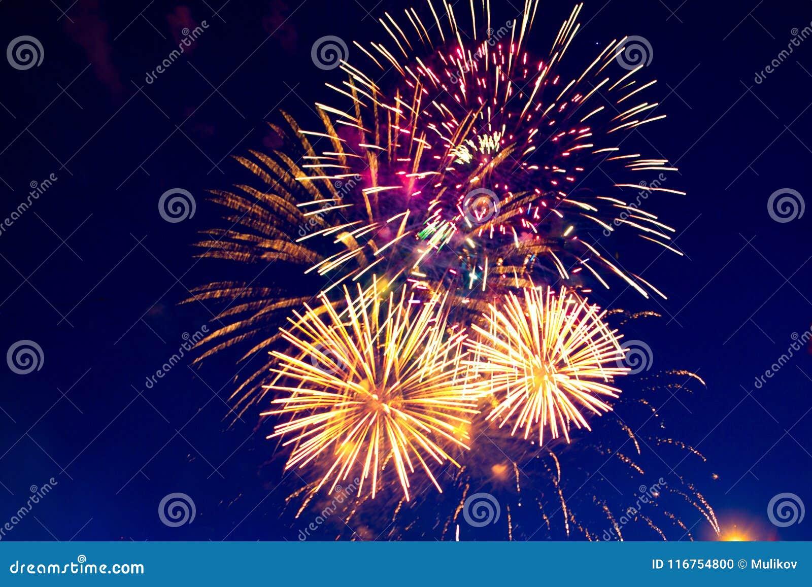Feux d artifice cinq - cinq feux d artifice soufflent au 4ème de la célébration de juillet aux Etats-Unis