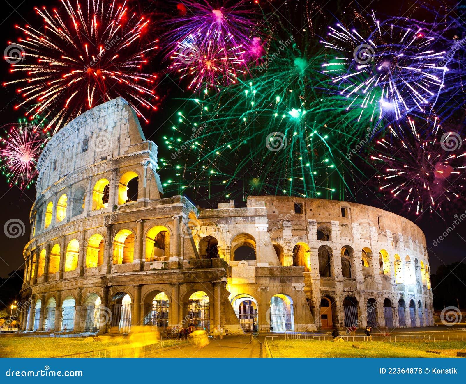 Feux d artifice de célébration au-dessus de Collosseo. l Italie. Rome