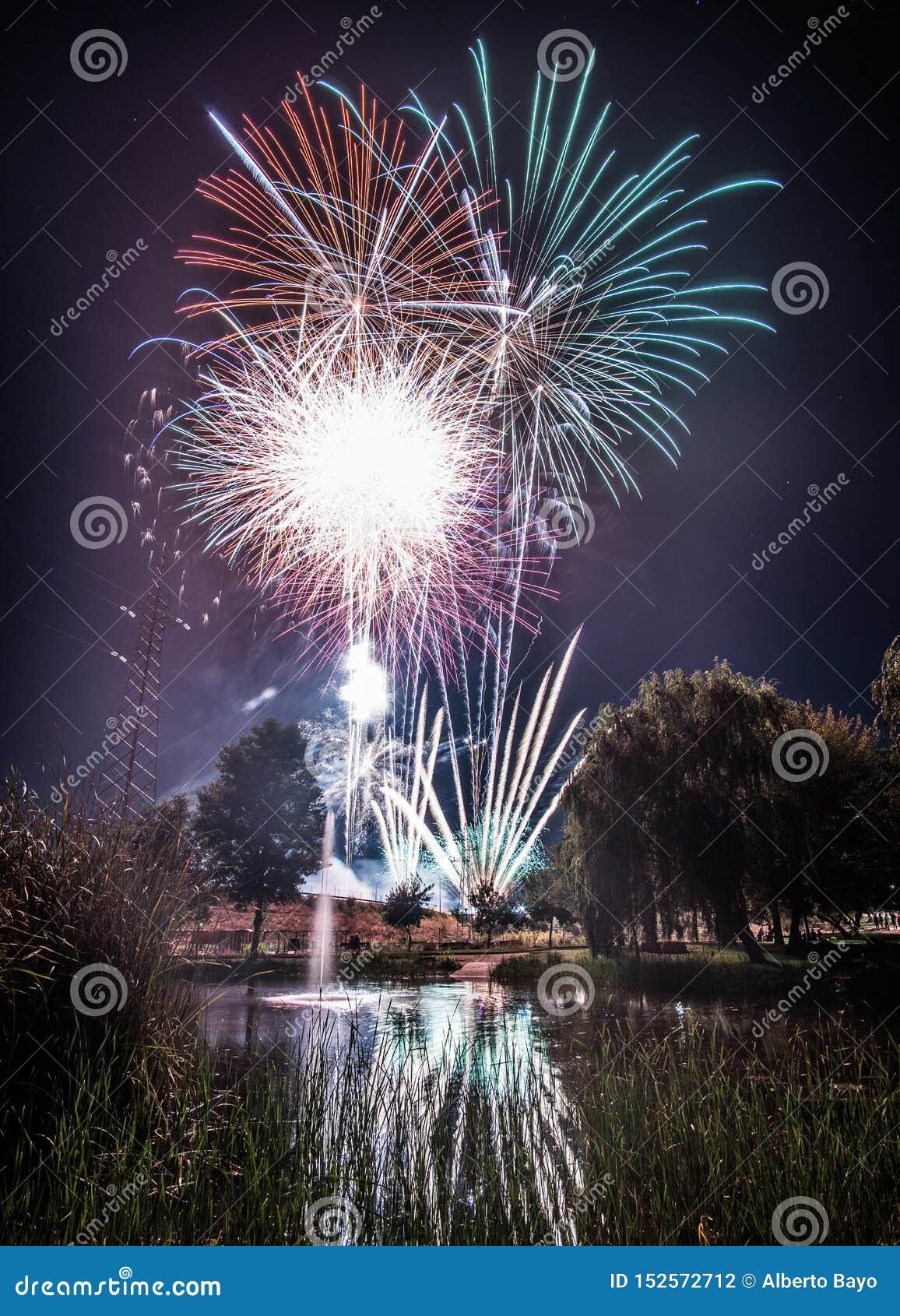 Feux d artifice la nuit pendant la nouvelle année