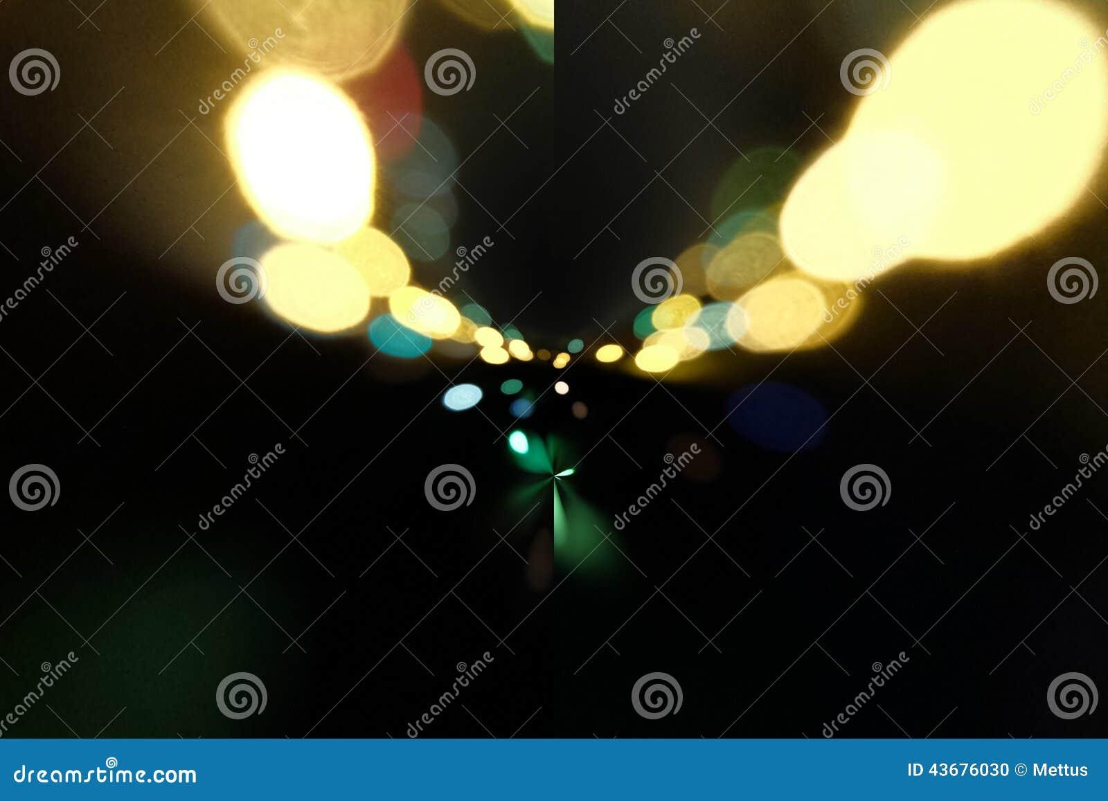 Feux de signalisation à l arrière-plan avec les taches de flou de la lumière