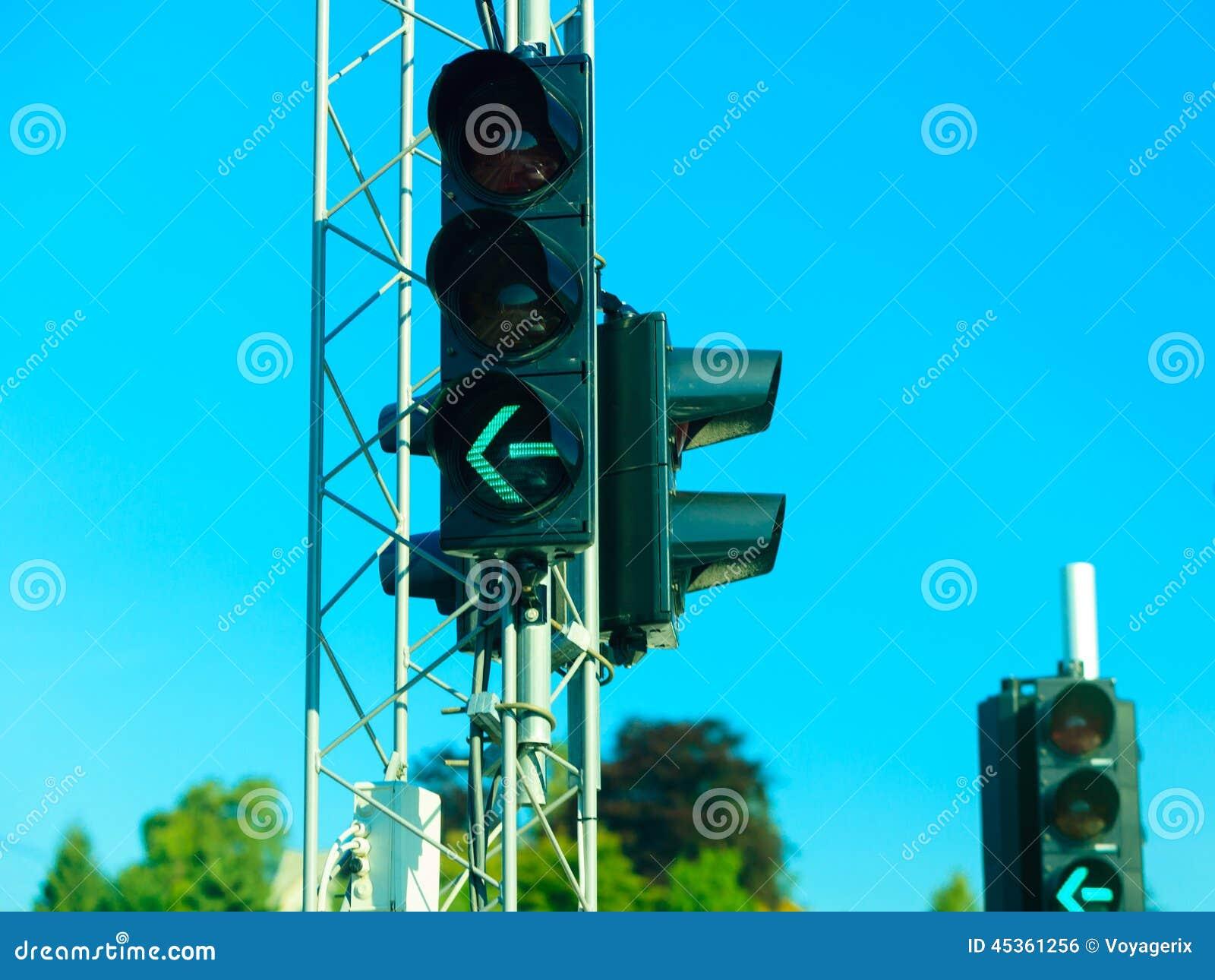 Feux de signalisation verts sur le fond de ciel bleu