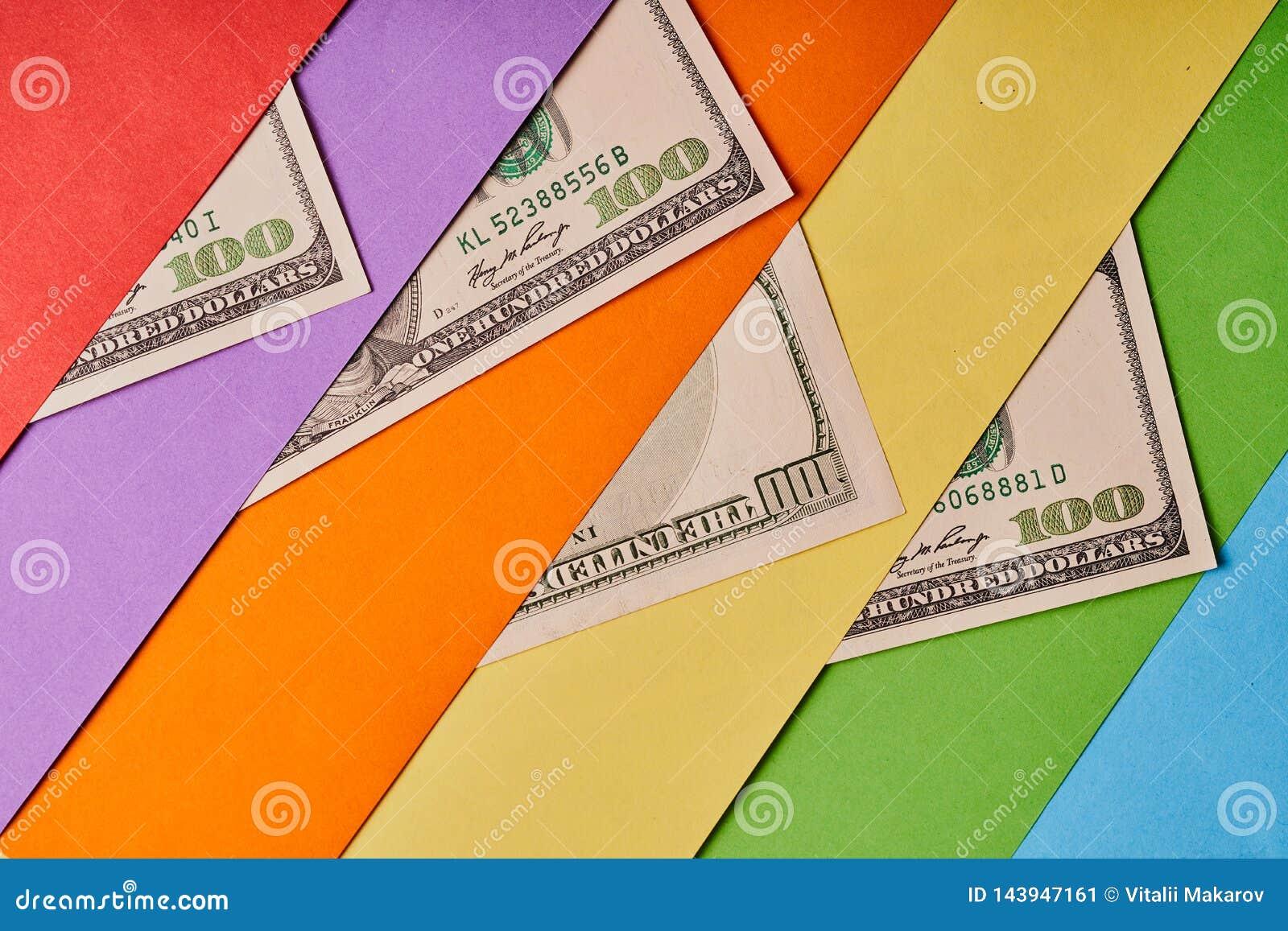 Few Amerykańscy dolary na barwionym papierowym tle