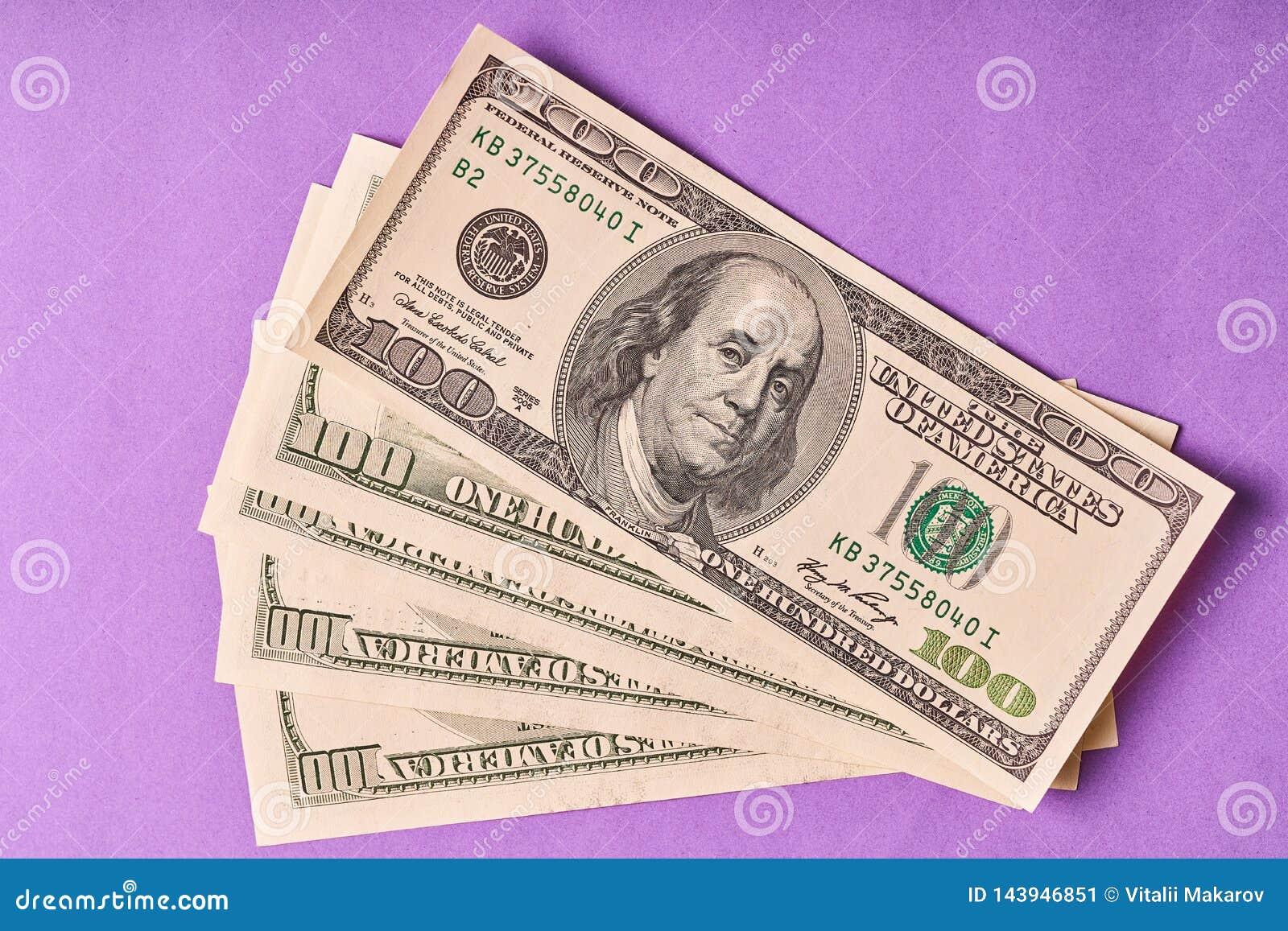 Few Amerykańscy dolary na papierowym błękitnym tle