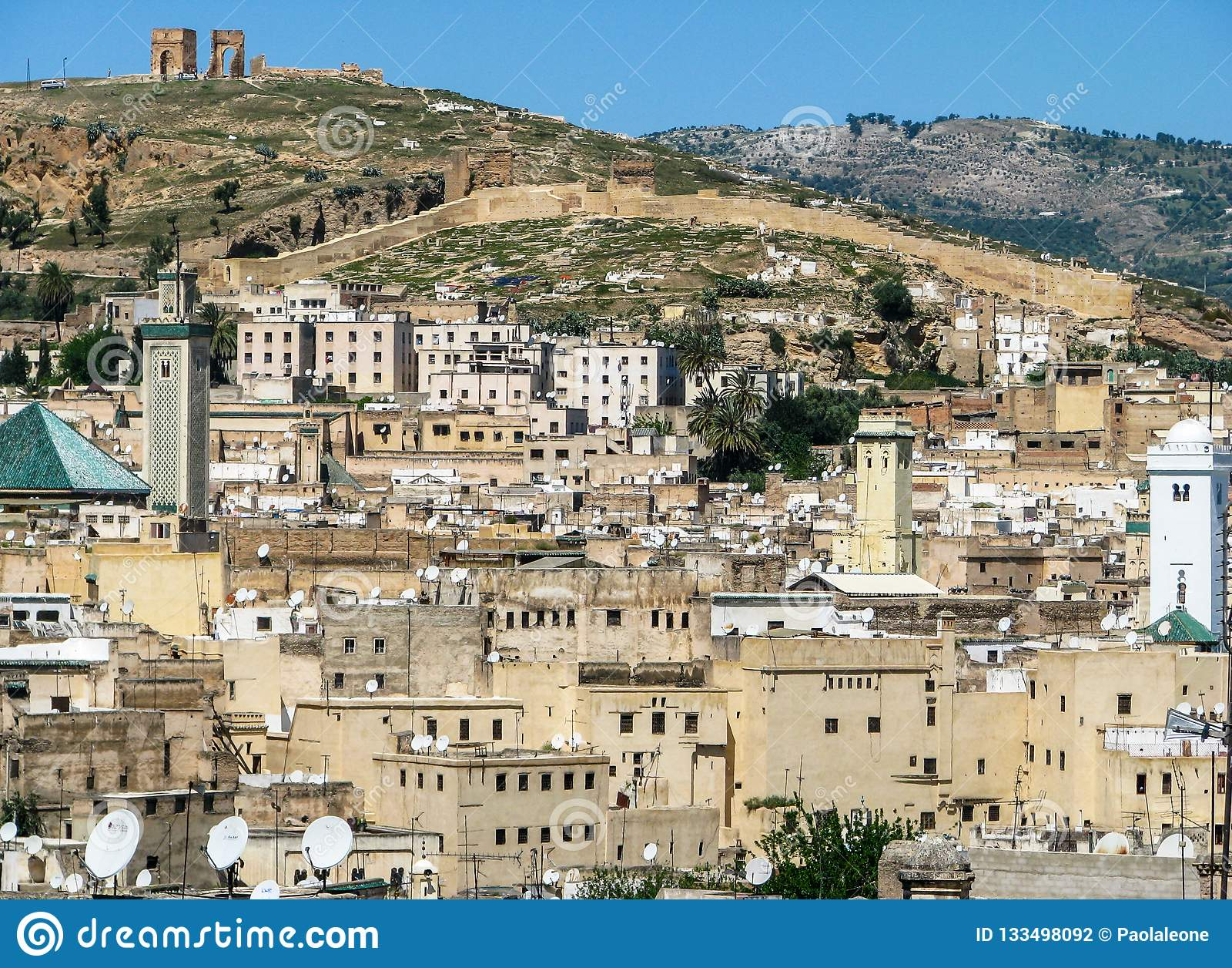 FEZ Marocko - April 1, 2008: Panoramautsikten av Fez den gamla staden med fördärvar