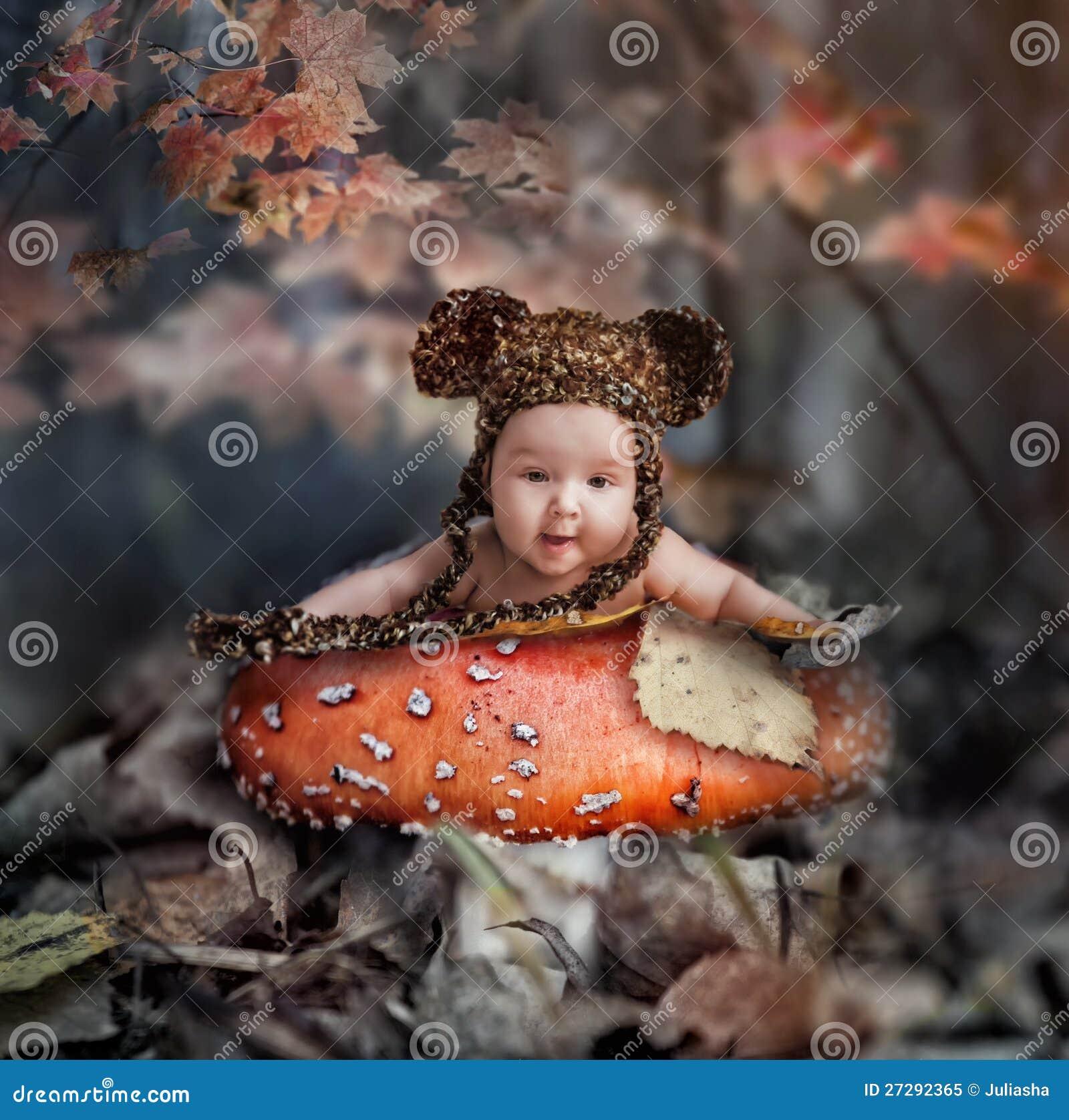 Fiaba nella foresta di autunno
