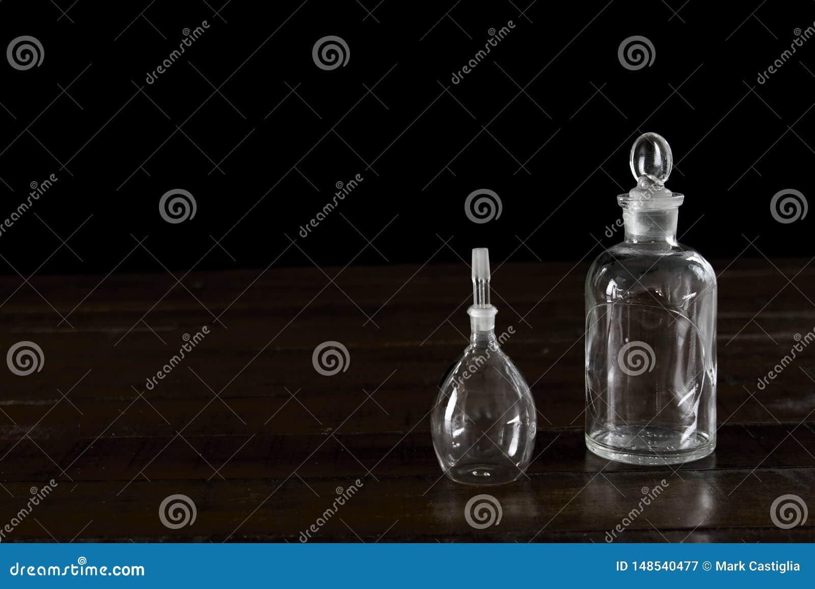 Fiale di vetro antiche su fondo di legno scuro
