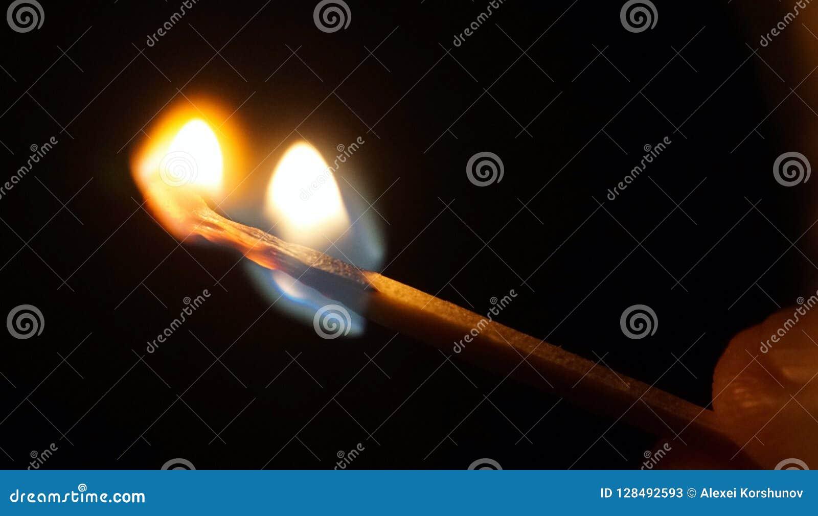 Fiamma della combustione della partita in dita