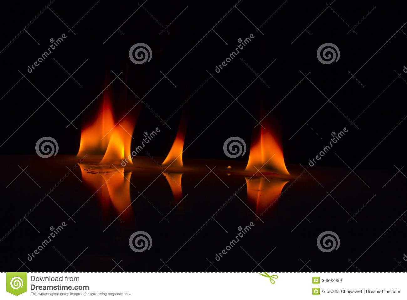 Download Fiamme Del Fuoco Su Un Fondo Immagine Stock - Immagine di telaio, background: 36892959