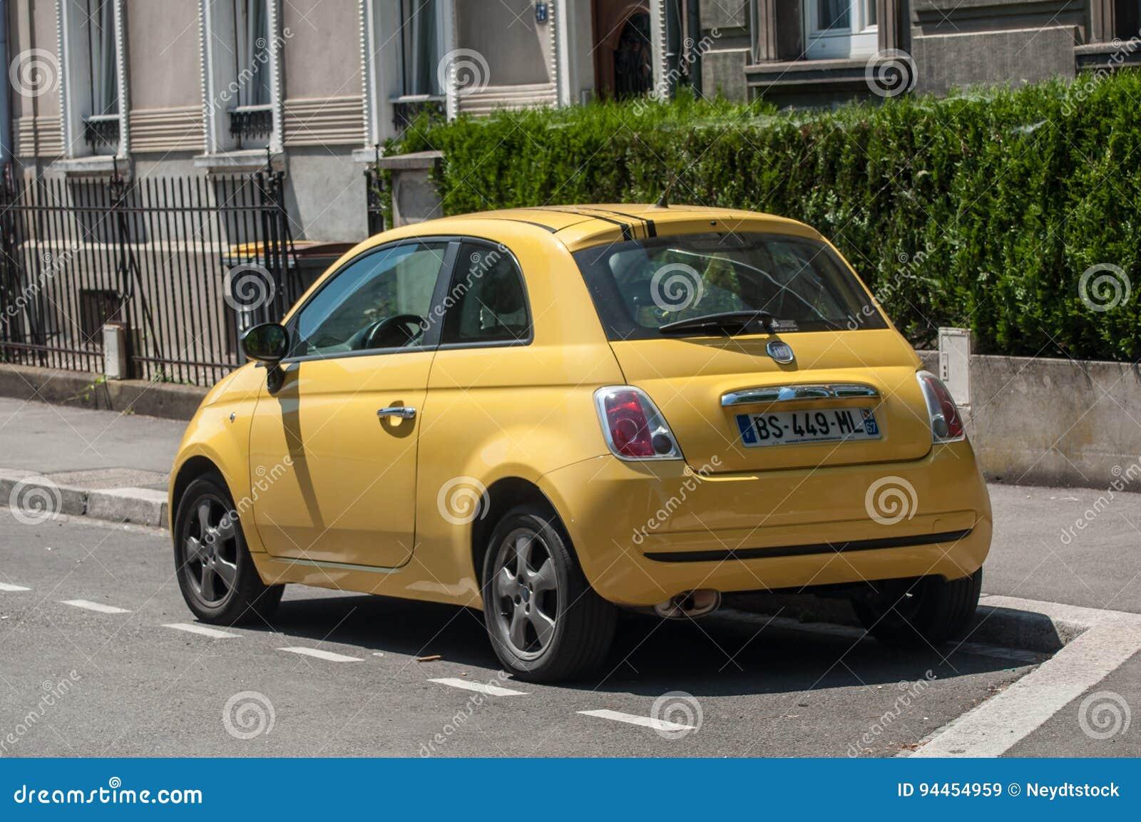 Aktualne Fiat 500 Żółty Kolor Parkujący Obraz Stock Editorial - Obraz XT26