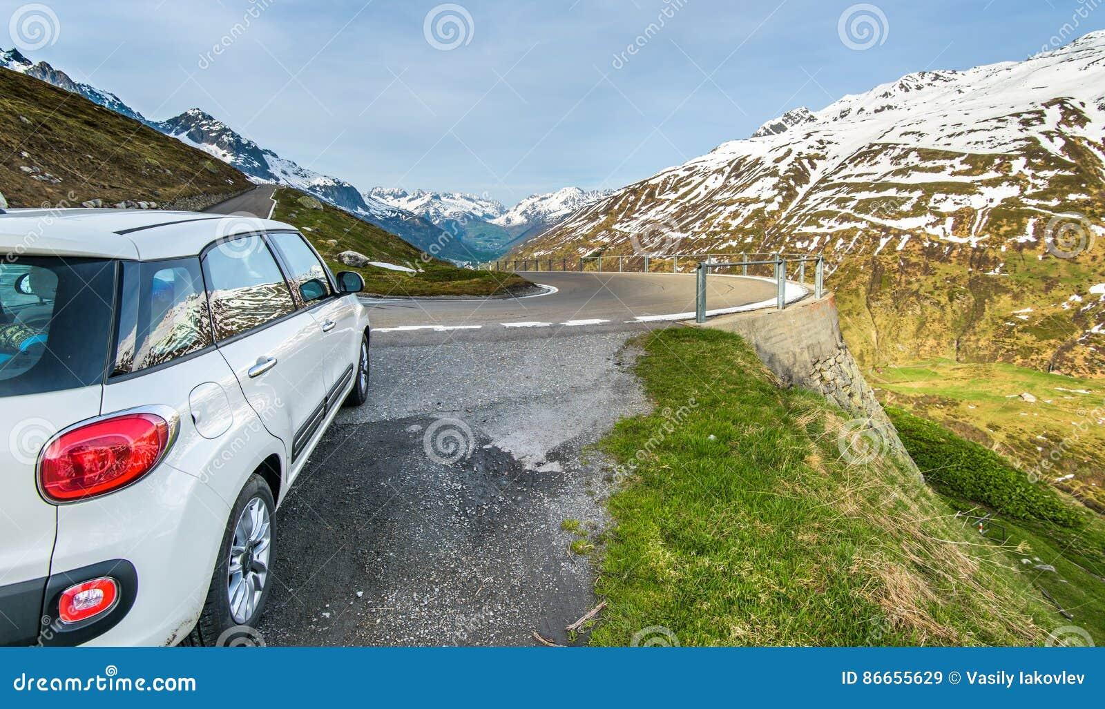 Fiat 500 auto bij de kant van de weg