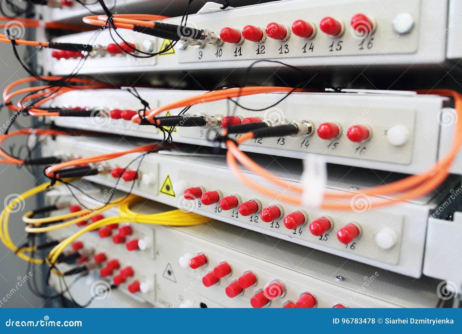 Fibra ótica com os servidores no centro de dados da tecnologia