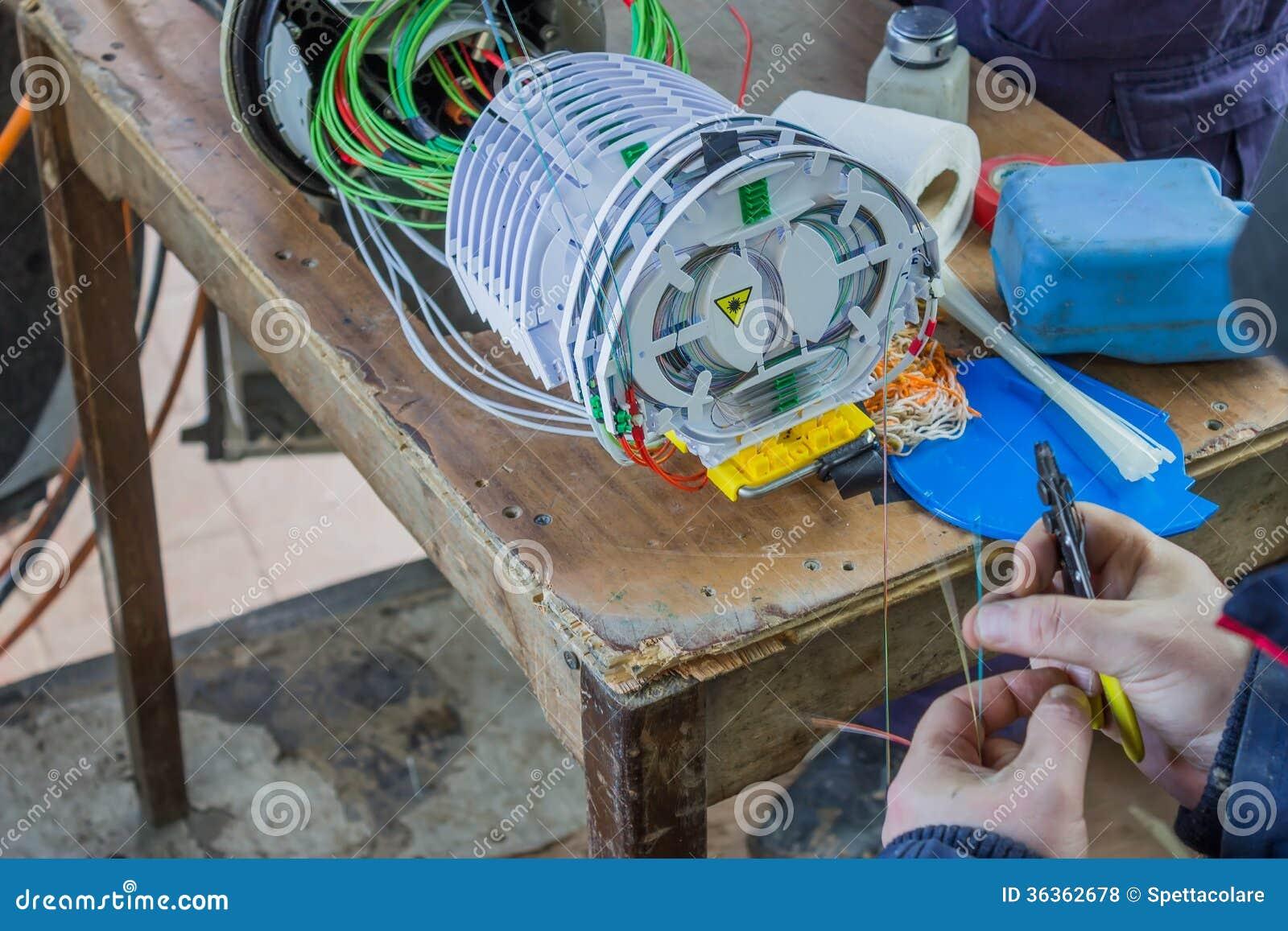 Fibra - técnico ótico que prepara as fibras 2