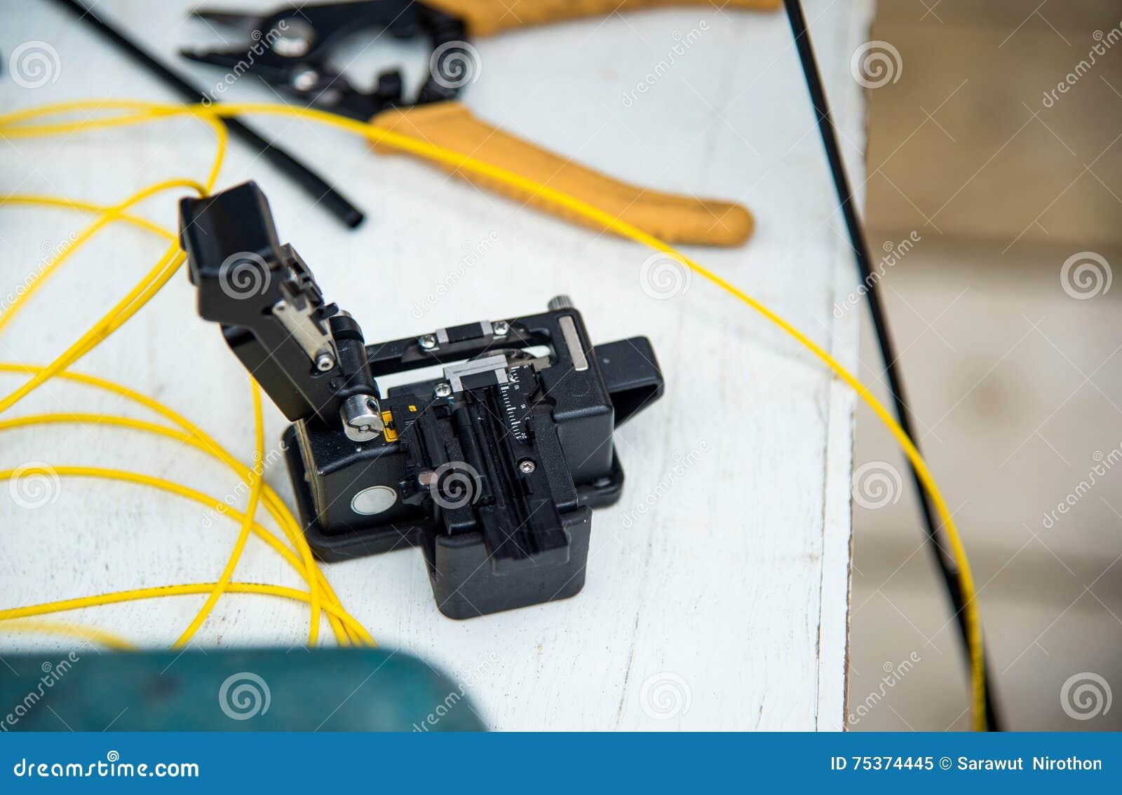 Fibre Optique De Fendoir Avec Des Pinces Image Stock Image Du