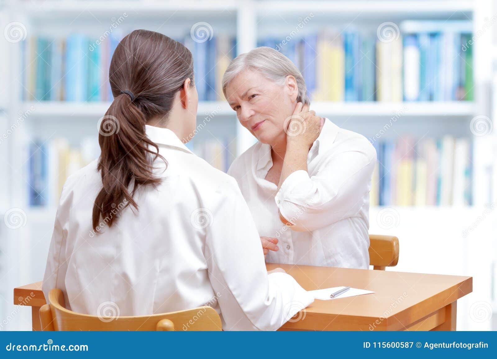 Fibromialgia paziente di dolore al collo di medico