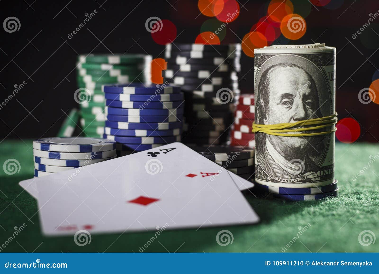 Fichas de póker, dólares y un par de as