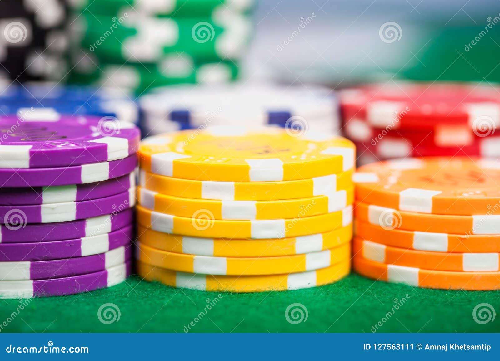 Fichas de póker en la tabla
