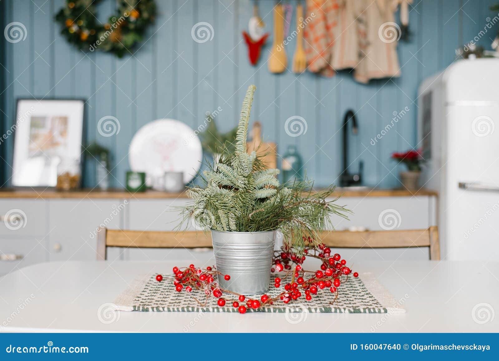 Fichtenzweige Oder Torniebe Oder Pinien In Einem Metalleisenzettel Vase Auf Dem Kuchentisch In Der Dekoration Fur Weihnachts Un Stockfoto Bild Von Weihnachts Fur 160047640