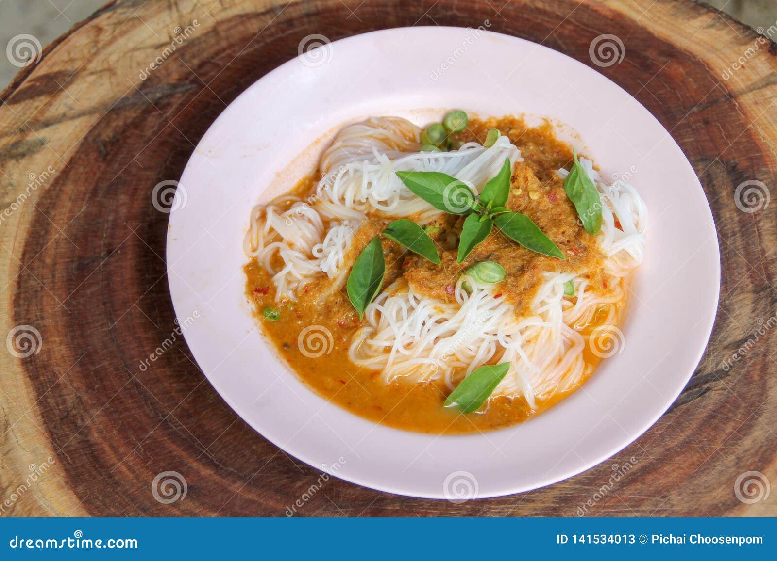 Fideos del arroz del vapor con curry rojo y vetgetable tailandeses