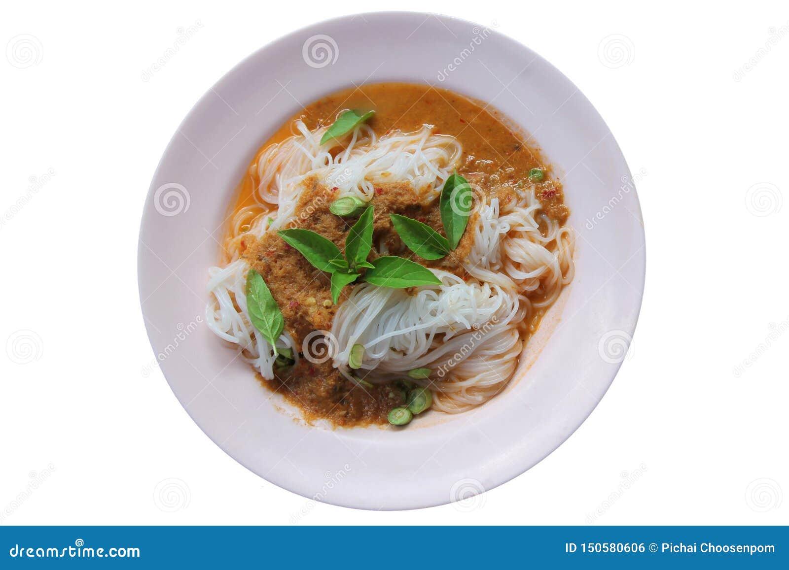 Fideos tailandeses del arroz del vapor con curry y verduras rojos Tallarines de arroz en salsa de curry de los pescados con las v
