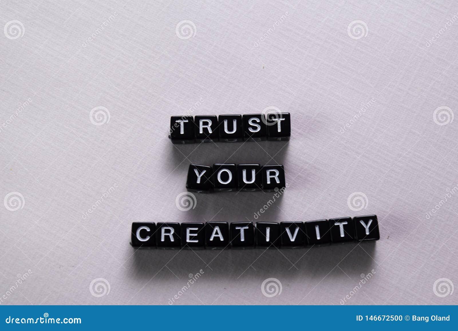 Fidi della vostra creatività sui blocchi di legno Concetto di ispirazione e di motivazione