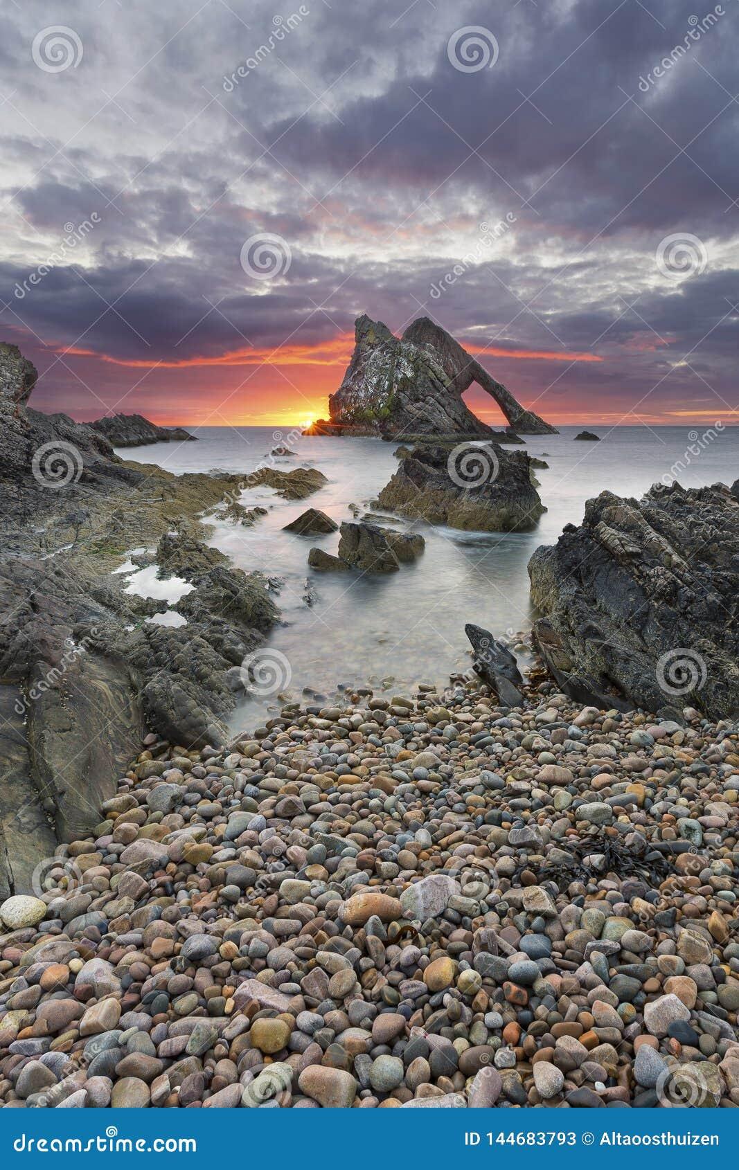 Ландшафт восхода солнца утеса смычка-fidle на побережье Шотландии на пасмурном утре