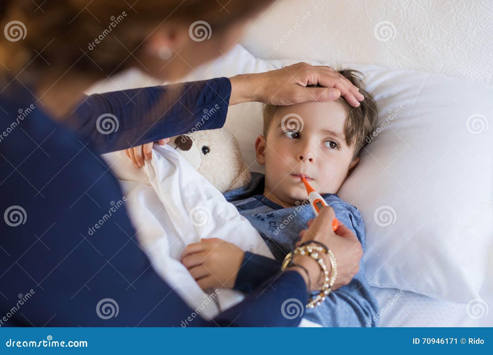 Fiebre de medición del muchacho
