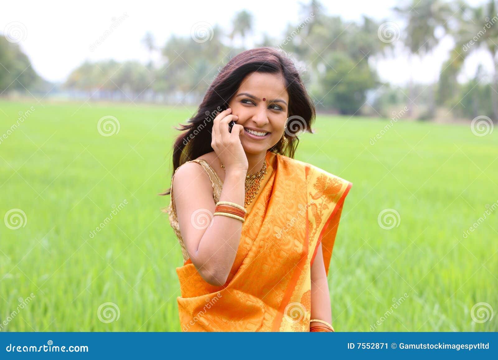 Field den gå kvinnan för paddy