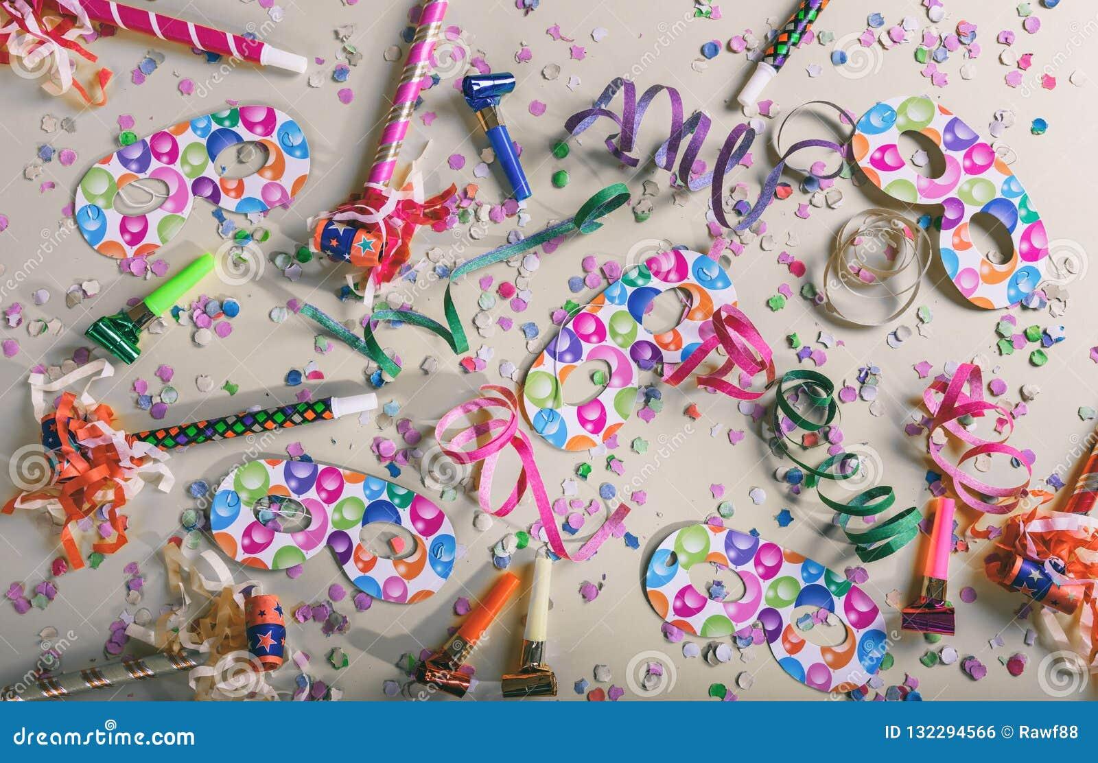 Fiesta del carnaval o de cumpleaños Confeti y serpentinas en fondo gris en colores pastel