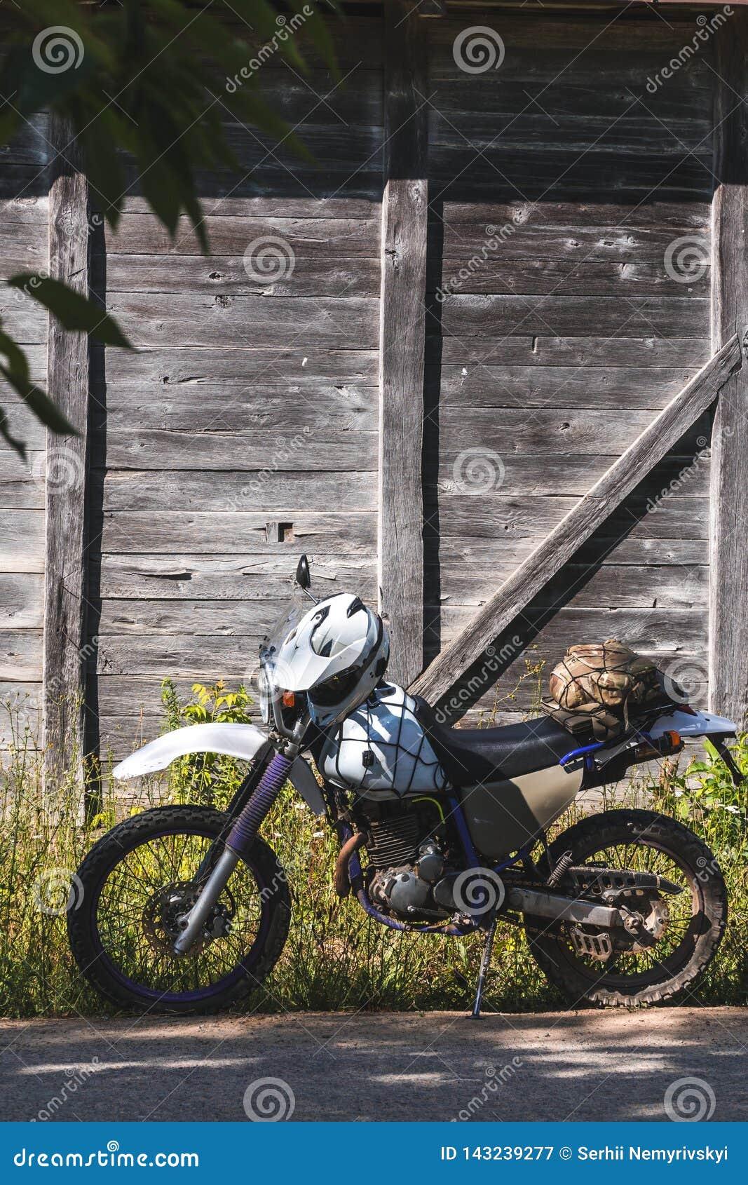 Fiets uitstekende achtergrond houten van weg retro enduro