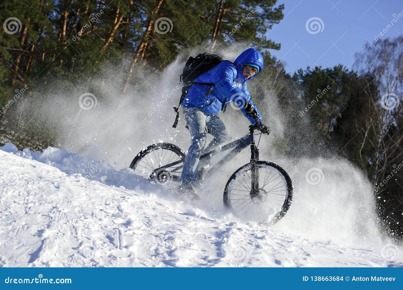 Fiets van de fietser de extreme berijdende berg