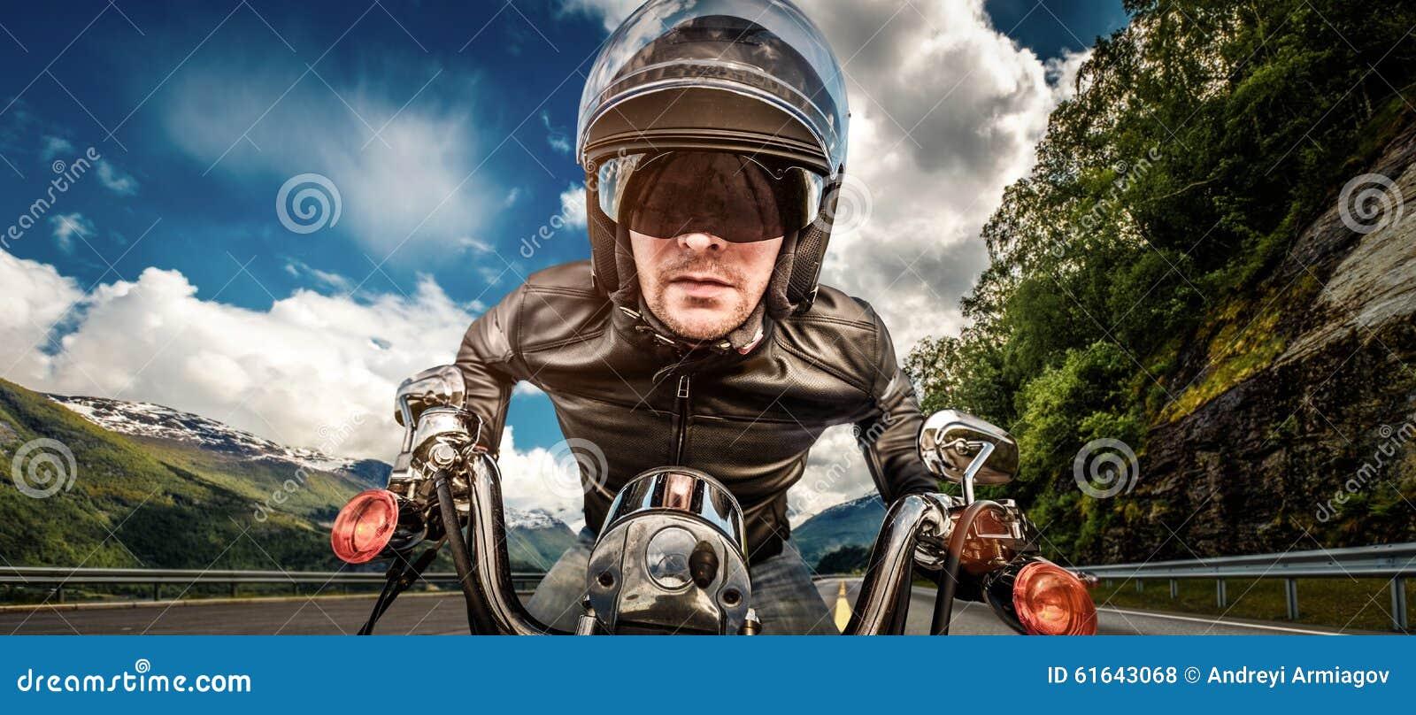 Fietser die in helm en leerjasje op bergkronkelweg rennen