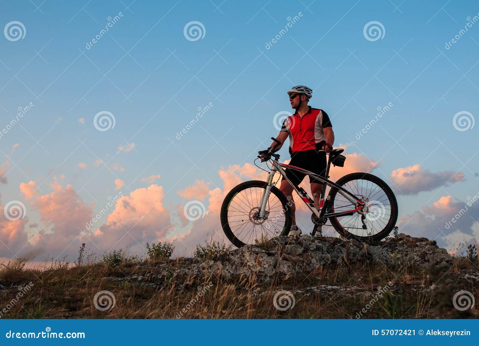 Fietser die op fiets in bergen berijden