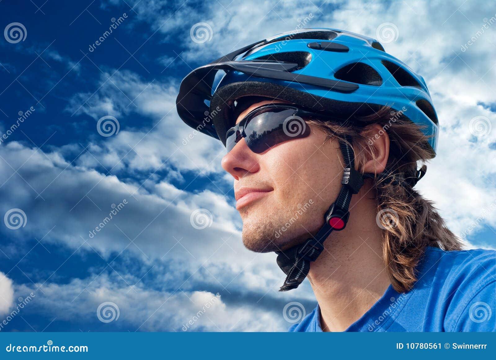 Fietser in helm en zonnebril