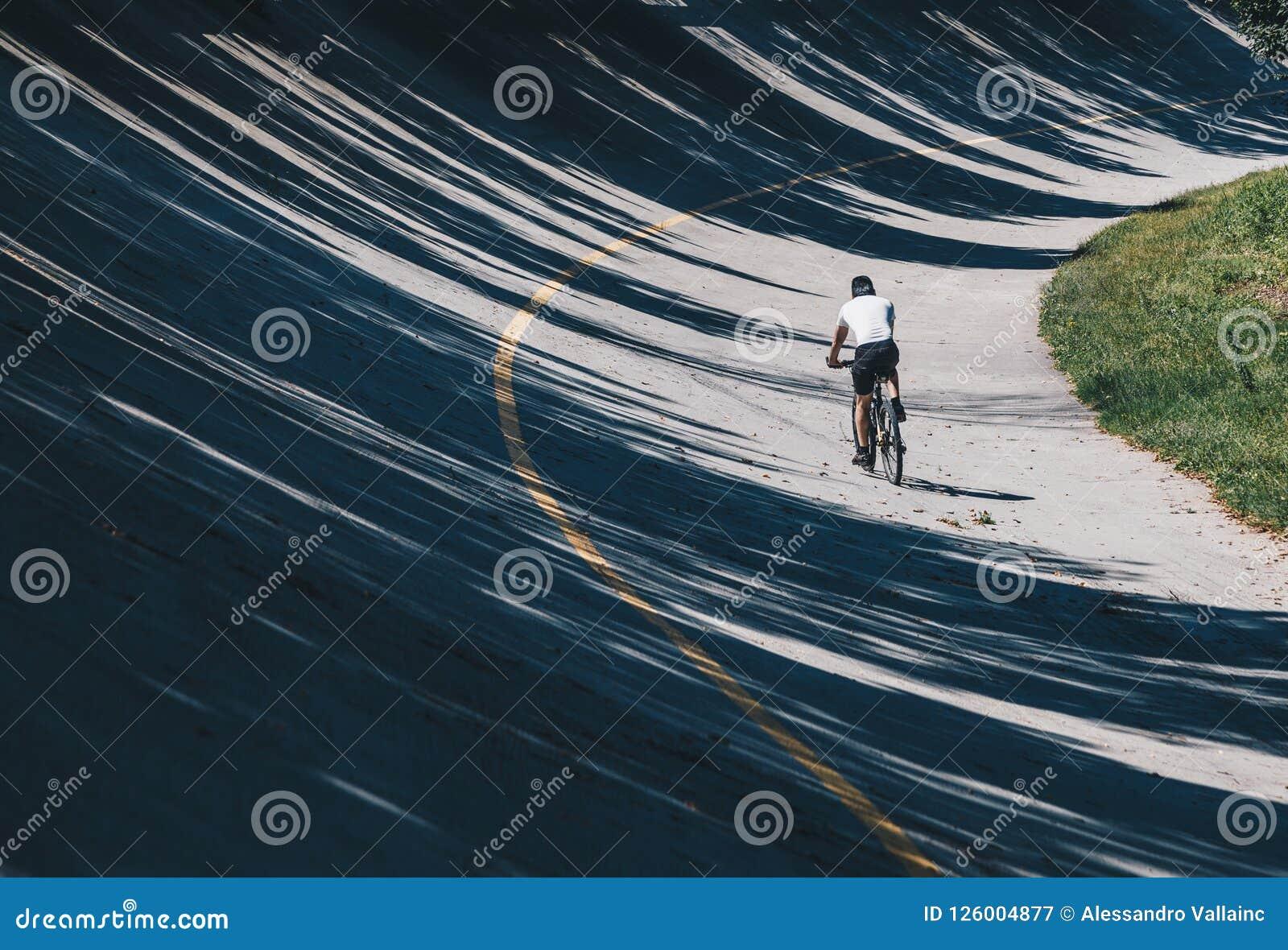 Fietser met Bergfiets langs Weg in oude renbaan, speedwaybaan parabolisch in Autodrome van Monza - Lombardije - Italië