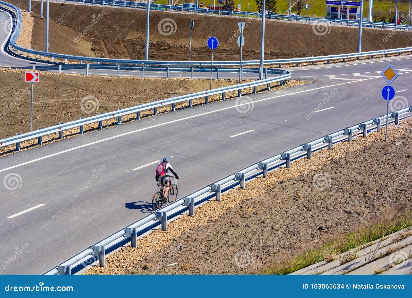 Fietser op stadsweg zonder verkeer