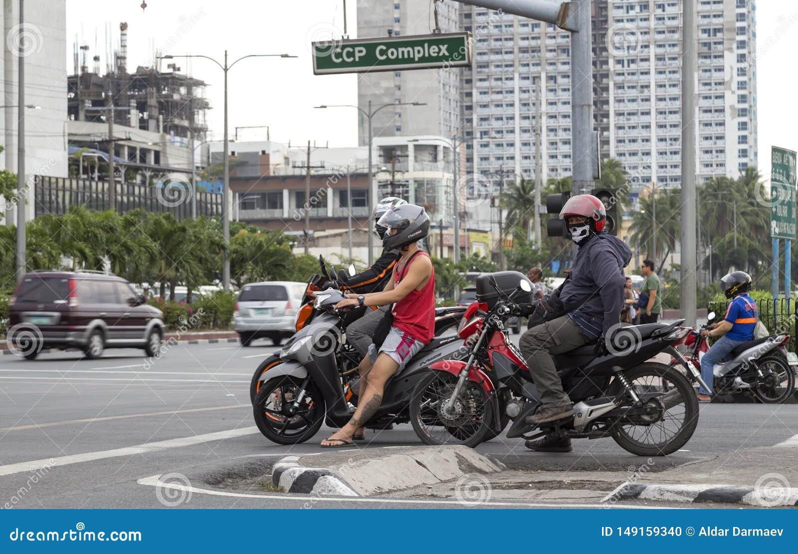 Fietsers op de wegen van Manilla