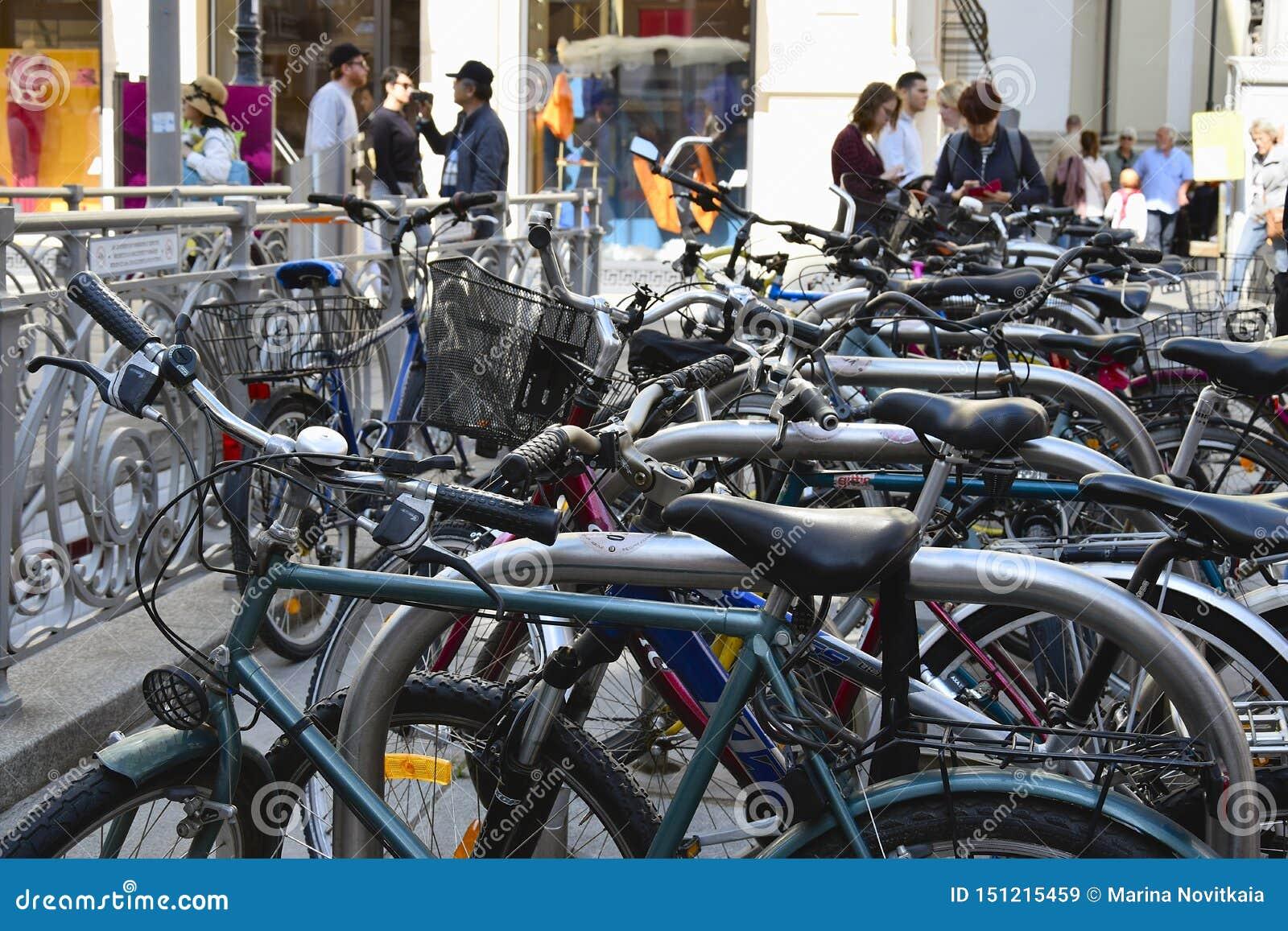Fietsparkeren in het historische centrum van de stad Fietsen op de straat van Wenen Actieve stedelijke levensstijl
