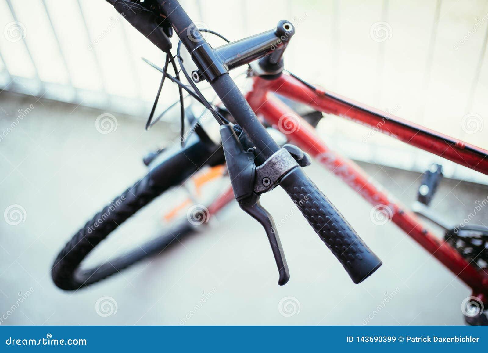 Fietsstuur en onderbrekingen, fietsreparatie, vage achtergrond