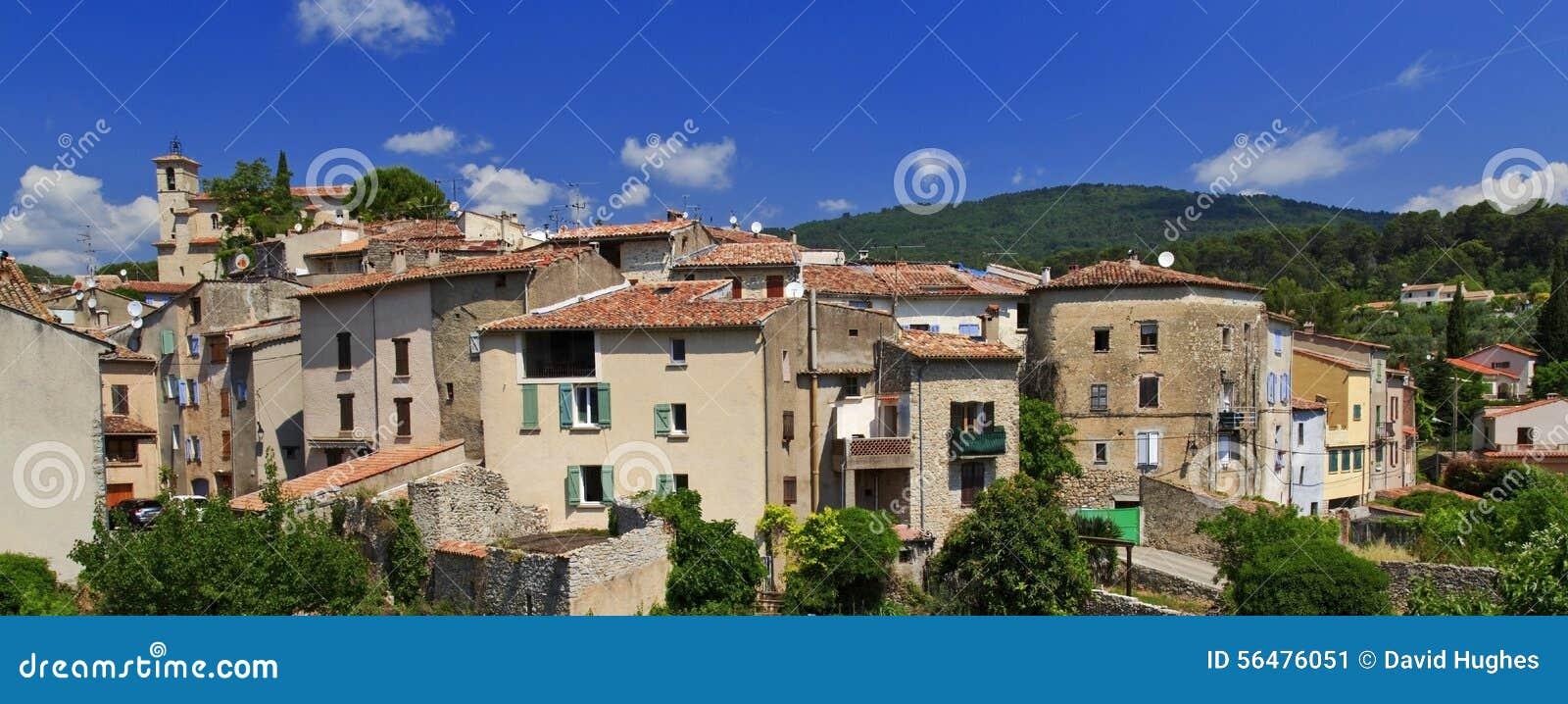 Figanières avec Chapelle St Michel se tenant au-dessus des maisons de la Provence du village