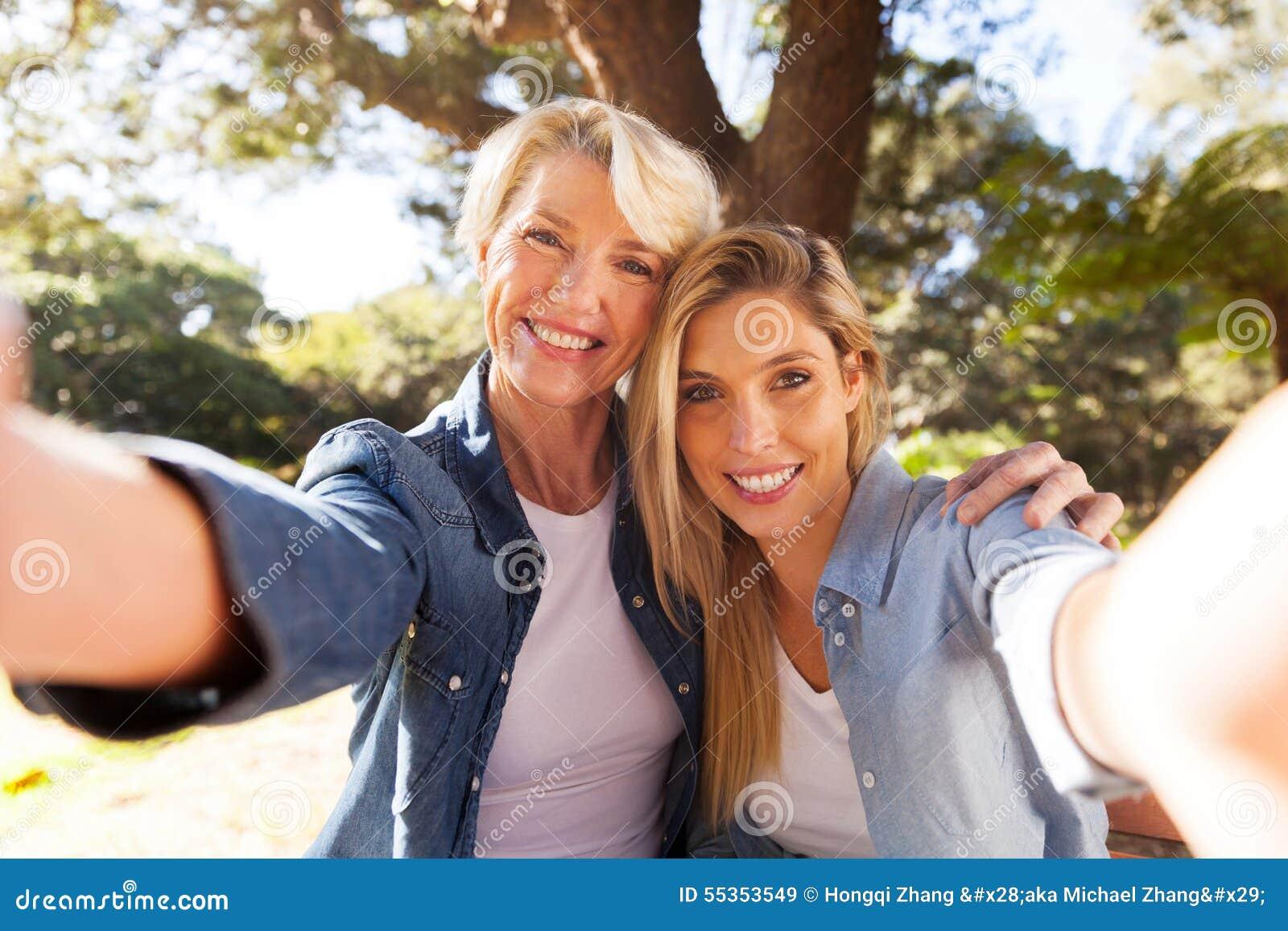 Figlia della donna che prende selfie