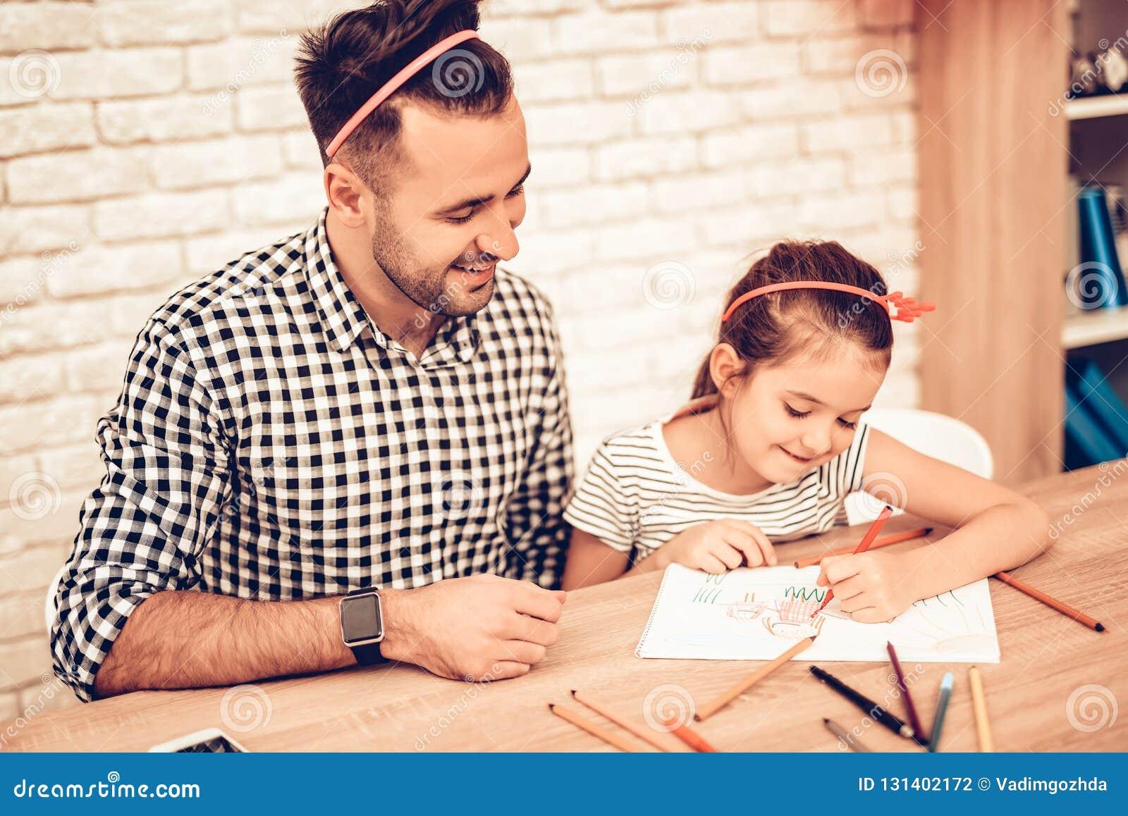 Figlia felice con il padre Draw Picture sulla Tabella
