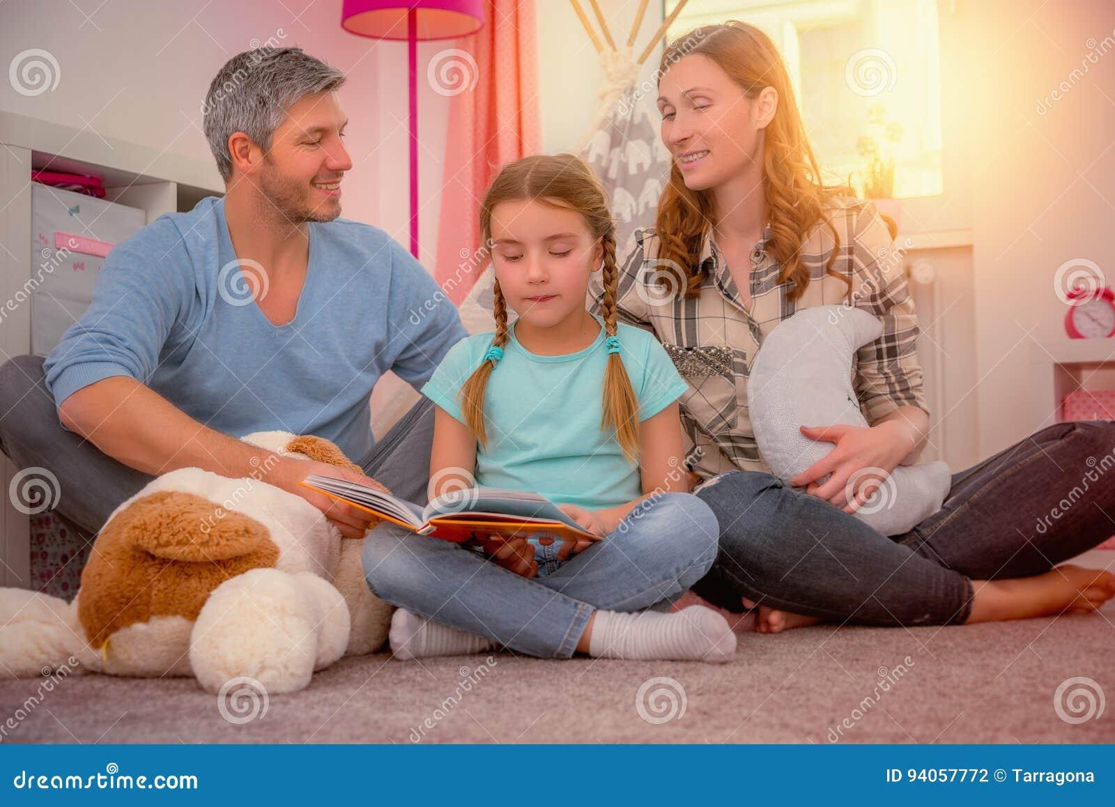 Figlia heloing della famiglia per lo scool