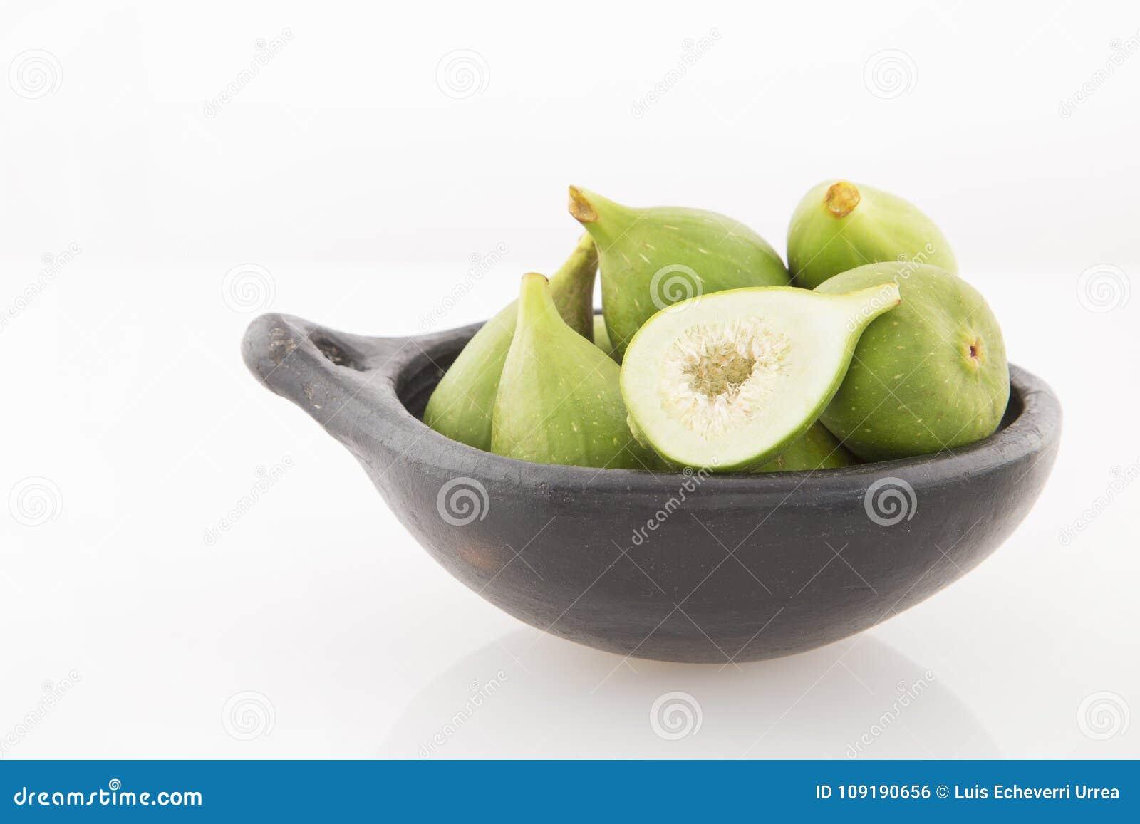Figos verdes no fundo branco - Ficus Carica